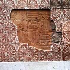 LISBOA Ano novo novos caminhos!  Fiquem atentos!  #preenchervazios #azulejos #tiles #arttiles #instazulejos #instatile  #art #artintervention #azulejosdeportugal #peoplecreatives #p3top #arteemfoco #tileaddiction #streetart  #inspiring #ignt #street  #architecture #porto #oporto  #peoplecreatives #dailycapture #oh_mag #gerador #_rsa_minimal by preencher_vazios