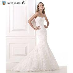 """This post was reposted using @the.instasave.app  #theinstasaveapp ・・・ """"������������ ��Девочки, Красавицы-невесты,  выставляю на продажу своё шикарное свадебное платье!�� Освобождаю гардероб под новье.�� Фасон платья -бюстье, с эффектным силуэтом """"рыбка"""" и небольшим шлейфом (есть крючок для крепления шлейфа). Размер 42 (ушивалось с 44, т.е. можно расшить на размер больше). Платье не тяжелое, сидит как вторая кожа!�� Бренд: Pronovias, модель платья: Bella. В комплекте: кружевное болеро, фата…"""