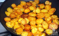 With this trick you'll get super crispy potato slices Yum, pan-fried potato slices. It goes with pretty much everything as a side dish. We're big fans! Dutch Recipes, Cooking Recipes, Healthy Recipes, Potato Dishes, Potato Recipes, Sliced Potatoes, Healthy Fruits, International Recipes, No Cook Meals