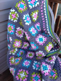 New ideas crochet granny square blanket black yarns Baby Afghan Crochet, Crochet Quilt, Granny Square Crochet Pattern, Afghan Crochet Patterns, Crochet Squares, Crochet Granny, Crochet Motif, Crochet Designs, Crochet Yarn