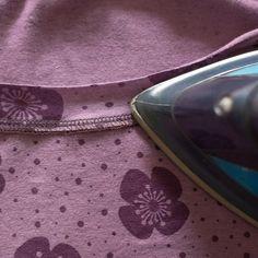Für einen schönen Ausschnitt gibt es viele Verarbeitungsmöglichkeiten und Varianten. Ich habe bei meinem letzten Shirt, das ich mir genäht habe, etwas Neues ausprobiert und möchte es euch hier vorstellen. Anleitung offener Halsausschnitt Die im Folgenden beschriebene Methode eignet sich für dehnbare Stoffe, die nicht ausfransen wie z.B. Jersey. Das Shirt wird zunächst zugeschnitten (keine ...