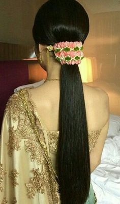 16 New ideas hair accessories indian inspiration Clip Hairstyles, Indian Wedding Hairstyles, Bride Hairstyles, Hairstyle Ideas, Long Indian Hair, Bridal Hairdo, Floral Hair, Flowers In Hair, Hair Inspiration