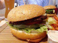 Als ich kürzlich in Frankfurt auf dem Weg zu einem anderen #Burgerladen war fiel mir einer auf, den ich nun auch endlich probiert habe: #DerFetteBulle #Frankfurt. Im Vergleich zu anderen #Burgerläden ist der Fette Bulle wirklich ein Restaurant, Burger-Restaurant, denn man wird an Plätze gesetzt, kann reservieren und es gibt Bedienpersonal die die... Weiterlesen http://hyyperlic.com/2015/07/falafel-burger-von-der-fette-bulle-frankfurt
