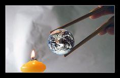 Acceso global. Esta imagen nos transmite la sensación de acceso global ya que nos pone el mundo al alcance de cualquier persona en cualquier lugar e instante. Podemos llegar a cualquier tipo de información en cuestión de segundos con solo un clic. #IyTIC3 #interroganteseducativos