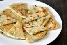 Chewy, flaky, and savory scallion pancakes are one of our very favorite Chinese restaurant treats. This pan-fried bread has a lot in common with Indian parathas and other… Pan Fried Bread, Scallion Pancakes Chinese, Breakfast Desayunos, Asian Recipes, Ethnic Recipes, Easy Recipes, Chinese Restaurant, Guacamole, Cooking Recipes