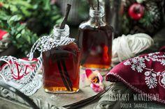 Domowy ekstrakt waniliowy – przepis Whiskey Bottle, Christmas Ornaments, Drinks, Holiday Decor, Recipes, Food, Drinking, Beverages, Christmas Jewelry
