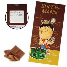 Humorvoll, hilfsbereit, clever… seine Superkraft? Nach vier Bierrunden hält er sich noch an den Beinen fest! Wenn du einen Superhelden persönlich kennst, schenke ihm die Super-Mann Schokolade, mit der du ihn sicher noch stärker machen wirst!