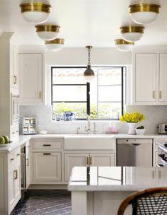 интерьер кухни с золотыми деталями