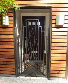 Art deco door grill : metal contrasting with wood : skyscraper pattern. Gate Design, Door Design, Exterior Design, Art Nouveau, Gates And Railings, Art Deco Door, Art Deco Design, Home Art, Entrance