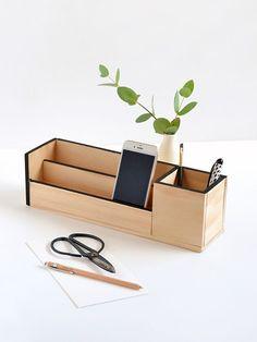 Make It: Minimal Wood Desk Organizer(Diy Desk Organization) Diy Organizer, Desk Organization Diy, Wooden Organizer, Organisation Ideas, Diy Storage, Storage Ideas, Diy Wood Desk, Diy Desk, Diy Wood Projects