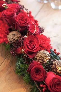 03 BORDDEKKING - DIY Lag selv blomsterdekorasjoner til julebordet Christmas Wreaths, Table Settings, Holiday Decor, Flowers, Blog, Wedding, Home Decor, Joy, Navidad