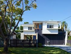 Outside view post war cottage renovation with Breezway Altair Louvre Windows Weatherboard House, Queenslander, Louvre Windows, Modern House Facades, Modern Houses, Cottage Renovation, House Renovations, Facade House, House Exteriors