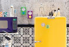 Esta geladeira retrô não tem apenas um pinguim, mas uma família inteira deles. O casal é do designer Cau Almeida e os outros são achados na feirinha da Benedito Calixto, em São Paulo