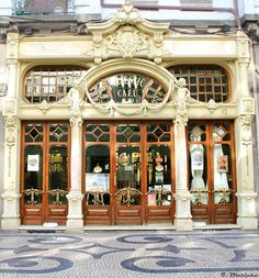 """Registos fotográficos do Porto - fernando vilarinho  CAFÉ MAJESTIC    Situado na Rua de Santa Catarina, no Porto, este café foi inaugurado com pompa e circunstância a 17 de Dezembro de 1921, com o nome de """"Elite"""". No ano seguinte o nome mudaria para Majestic.     A sua relevância advém tanto da ambiência cultural que o envolve, nomeadamente a tradição do café tertúlia, local de encontro de várias personalidades da vida cultural e artística da cidade"""