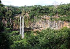 """Incentives - MAURITIUS - Sonriso   Travel in Style Niekończące się piaszczyste plaże, wspaniałe afrykańskie słońce, ciepłe wody Oceanu Indyjskiego, kolorowe rafy pełne przeróżnych gatunków morskich stworzeń, wyjątkowo przyjaźni mieszkańcy i przepiękna tropikalna przyroda sprawiają, że Mauritius to idealne miejsce na wypoczynek. Na zdjeciu: Wycieczka do Parku Narodowego """"Siedem Kolorów Ziemi"""""""