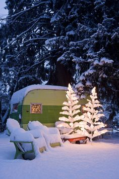 Snow - winter vintage camper - tiny trailer - caravan <O> Camping Con Glamour, Trailer Park, Lucy Trailer, Paris 3, Vintage Travel Trailers, Vintage Campers, Retro Campers, Retro Trailers, Tiny Trailers