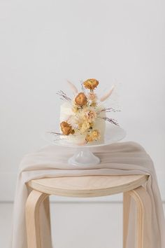 How to mix dried and fresh flowers in your wedding - 100 Layer Cake Daisy Wedding Cakes, Unique Wedding Cakes, Wedding Cakes With Flowers, Wedding Cake Designs, Wedding Desserts, Sugar Flowers, Fresh Flowers, Dried Flowers, One Layer Cakes