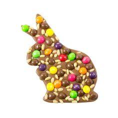 MLECZNY ZAJĄCZEK ZE SKITTLES Przepyszna słodka tabliczka w kształcie zajączka wykonana została z mlecznej czekolady. Do słodkiej tabliczki dołożyliśmy kolorowe draże skittles, mleczne choco pearlsy i chrupiące orzeszki pinii.