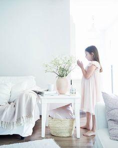Have a lovely Sunday! . Dnes máte posledný deň na zapojenie sa do súťaže o nákupný poukaz od @bellarosecz . Stačí mi pod touto fotkou napísať s akým výrobkom a ako by ste si doma vykúzlili krásnu atmosféru. Ja som s vázou @kahlerdesign a s pomocou malej N. vytvorila takéto kvetinové zátišie v našej obývačke  . Využiť tiež môžete môj zľavový kód do @bellarosecz . Znie PRAIRIECHARM a získate s ním 20% na všetko  . A pokiaľ by som túto blogerskú súťaž vyhrala ja určite by som si vybrala hodinky…