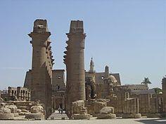 Egypte : Thèbes antique et sa nécropole    -  Capitale de l'Égypte au Moyen et au Nouvel Empire, Thèbes était la ville du dieu Amon. Avec les temples et les palais de Karnak et de Louxor, avec les nécropoles de la Vallée des Rois et de la Vallée des Reines, elle nous livre des témoignages saisissants de la civilisation égyptienne à son apogée.