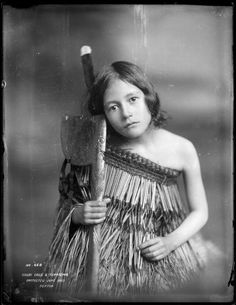 NEW ZEALAND Maori girl with tewhatewha, Wanganui region, circa June Photo by Frank J. Native American Children, Native American Images, Polynesian People, Maori People, Maori Designs, Maori Art, Fine Art Photo, Historical Pictures, People Of The World