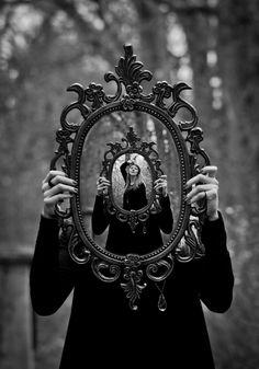 Mirror, mirror, on the wall, who in the land is the fairest of all? specchio specchio delle mie brame chi è la più bella del reame ?