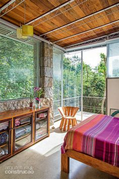 """Voltados para o norte, os quartos recebem sol o dia inteiro. """"Isso é essencial para a saúde aqui na serra"""", afirma o arquiteto Rodrigo Simão."""