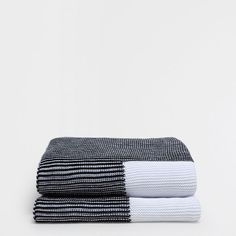 Image of the product WHITE GARTER STITCH BLANKET WITH BLACK EDGE