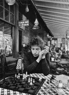 #BobDylan playing chess, Woodstock, N.Y., 1964. #music