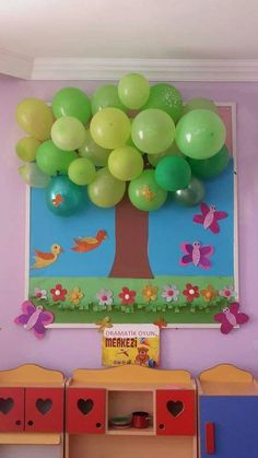 Classroom tree decoration using balloons and construction paper Diy And Crafts, Crafts For Kids, Arts And Crafts, Paper Crafts, Recycled Cd Crafts, Class Decoration, School Decorations, School Projects, Projects To Try