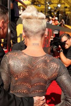 Pink Photos Photos - Singer Pink arrives at the 2012 MTV Video Music Awards at Staples Center on September 6, 2012 in Los Angeles, California. - 2012 MTV Video Music Awards - Red Carpet