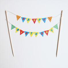Une guirlande de petites banderoles colorées