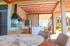 Área para eventos sociais modernas, com churrasqueira e espaço gourmet.