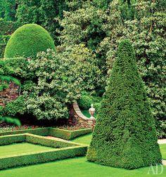 """Rapado vegetação nos jardins da vila Peroz Agnelli no Piemonte, Cada país tem seu próprio tipo de iniciado o labirinto. Na Inglaterra era o labirinto - labirintos intrincados com múltiplas opções de caminho (o nome vem da palavra surpreender - """"incrível""""). Nos jardins barrocos franceses do século XVII havia também labirintos de um baixo parterres (canteiros de flores ornamentais), e um enorme """"entretenimento"""" labirintos. Dentro do esconderijo fontes, fogos de artifício, e poderia…"""