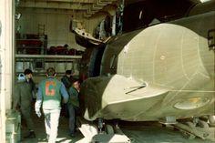 Helicóptero Puma de la Av Ej sale del hangar