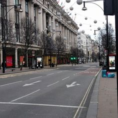 Not quite often you get to see Oxford Street so empty. #london #christmas
