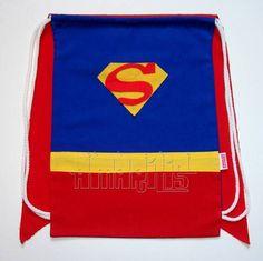 """CRIAÇÃO POR AMARÍLIS ATELIER! <br> <br>Mochila Infantil tipo """"Saquinho"""" com o Modelo Super-Homem! <br>Tema Liga da Justiça <br> <br>Fechamento Prático! <br> <br>Blusa Azul Royal <br>Símbolo do Super-Herói em Feltro <br>Short Vermelho <br>Cinto Amarelo <br>Cadarço Branco <br> <br>O modelo Super-Homem está disponível nas versões com ou sem capa vermelha! <br>- SEM CAPA: R$ 12,50 cada <br>- COM CAPA: R$ 14,50 cada <br> <br>Ao fazer o pedido, avise-nos da escolha para ajustarmos o valor. <br…"""