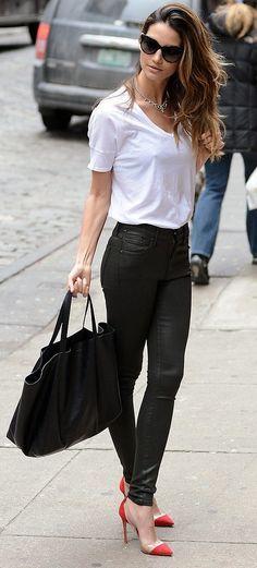 Comprar ropa de este look: https://lookastic.es/moda-mujer/looks/camiseta-con-cuello-barco-blanca-vaqueros-pitillo-negros-zapatos-de-tacon-rojos-bolsa-tote-negra/894 — Camiseta con Cuello Barco Blanca — Vaqueros Pitillo de Cuero Negros — Bolsa Tote Negra — Zapatos de Tacón Rojos