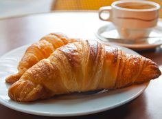 Fragede si cu o aroma delicioasa de unt, croissantelesunt perfecte pentru a fi servite la micul dejun sau intre mese, alaturi de cafea. Croissants, Unt, Deserts, Starbucks, Crescents, Crescent Roll, Postres, Dessert, Crescent Rolls