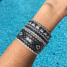Bracelets circulaires sans fermoir en perles miyuki Bangle Bracelets, Bangles, Loom Patterns, Bracelet Patterns, Bead Weaving, Creations, Jewelry Making, Pearls, Weaving