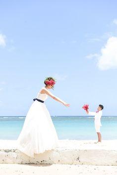 ハワイの美しい海をバックに撮影が出来るハワイ ビーチロケーションフォト!★ハネムーンと共に、挙式はしなくても、写真だけは残したい… Beach Wedding Photos, Hawaii Wedding, Wedding Photoshoot, Wedding Images, Beach Photos, Wedding Shoot, Wedding Pictures, Bridal Photography, Wedding Welcome
