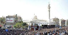 27/jan/2013 - EGITO - Milhares de pessoas acompanharam neste domingo o funeral das vítimas dos confrontos ocorridos no sábado (26) na cidade de Port Said, no Egito. Os confrontos começaram após a condenação à pena de morte de 21 pessoas envolvidas em um massacre em um estádio de futebol no ano passado. AFP.