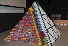 18445 Steine: Eine eineinhalb Meter hohe 3D-Pyramide aus 18445 Dominosteinen: Am Samstag wollen die Erbauer Kevin Pöhls und Tobias Demuth im Müritzeum in Waren (Mecklenburg-Vorpommern) den Guiness-Rekord bei Domino-Pyramiden wieder nach Deutschland holen. Mehr Bilder des Tages auf: http://admin.nachrichten.at/nachrichten/bilder_des_tages/ (Bild: APA)