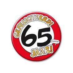 XXL verjaardags button 65 jaar. Extra grote button met daarop een afbeelding van een stopbord en de tekst: Gefeliciteerd! 65 jaar! Formaat: ongeveer 10 cm.
