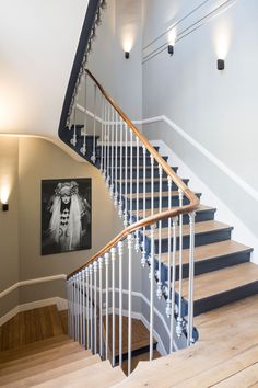 Curved Staircase, Staircase Makeover, Interior Stairs, House Stairs, Hallway Decorating, House In The Woods, Home Staging, Stairways, New Homes
