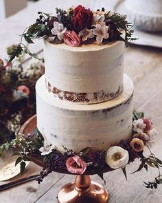 When the cake is too pretty to eat 🙌 #graceloveslace #theuniquebride Styling Team: @cocoandconfetti @sian____ Cake: @i_heart_cakes_ Captured by: @burnt_breakfast @pixpop