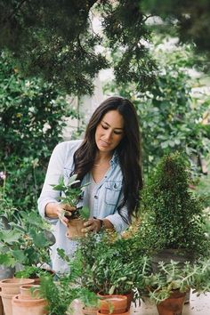 Chip and Joanna Gaines are seemingly everywhere lately. The stars of HGTV's hit show Fixer Upper have turned their Waco-based brand Magnolia Homes into a Chip Und Joanna Gaines, Magnolia Joanna Gaines, Joanna Gaines Style, Chip Gaines, Gaines Fixer Upper, Fixer Upper Joanna, Magnolia Fixer Upper, Magnolia Homes Paint, Magnolia Farms