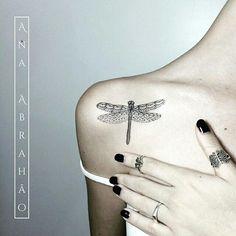 Tatuagem feita por @abrahaoana =) Tattoo Artist. Brasília, Brasil.  AnaAbrahaoink@gmail.com http://www.facebook.com/AnaAbrahaoInk  O significado da libélula é diferente em cada cultura. Mas tem como principais simbolismos a renovação, força positiva e o poder da vida em general. As libélulas podem também ser um símbolo do sentido do self que vem com a maturidade. É também relacionada como uma criatura do vento, por isso a libélula freqüentemente representa uma mudança. Como a libélula vive…