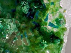 Utahite sur Malachite et Quarz. Centennal Eureka Mine, Tintic District, Juab Co., Utah, USA Taille=3.8 mm Copyright: Bebo