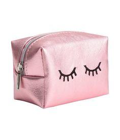 Rosa/Metallic. Kleine, viereckige Tasche aus Lacklederimitat mit Reißverschluss oben. Größe 5x6x8 cm.
